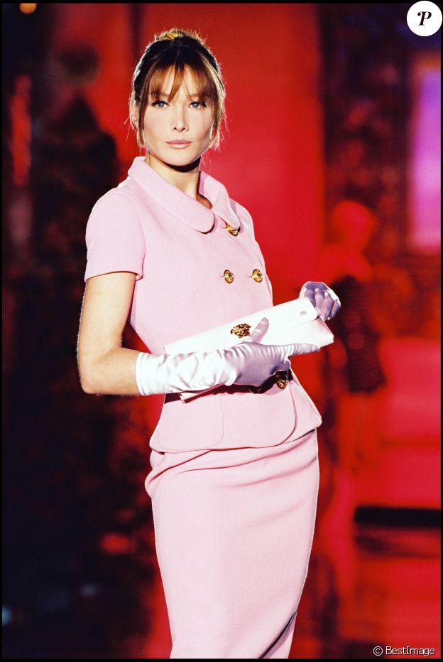 Carla Bruni défile pour Gianni Versace, collection haute-couture printemps-été 1995 à Paris.