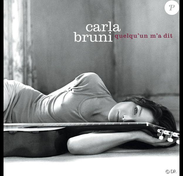 """Pochette de l'album """"Quelqu'un m'a dit"""" de Carla Bruni-Sarkozy sorti en 2002 et qui s'est vendu ) plus de deux millions exemplaires."""