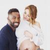 Ariane Brodier, enceinte de 8 mois, expose son ventre dans les bras de son homme