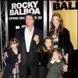 Sylvester Stallone et Jennifer Flavin avec leurs enfants lors de l'avant-première de Rocky Balboa en 2006 à Los Angeles