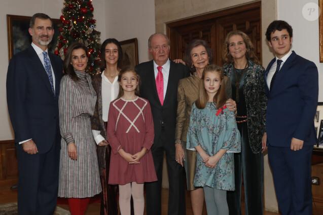 Photo de famille du roi Juan Carlos Ier d'Espagne à l'occasion du déjeuner pour son 80e anniversaire au palais de la Zarzuela, à Madrid, le 5 janvier 2018. Juan Carlos est entouré de Felipe et Letizia avec Leonor et Sofia, l'infante Elena avec ses enfants Victoria et Felipe (Froilan), et son épouse la reine Sofia. © Maison royale d'Espagne
