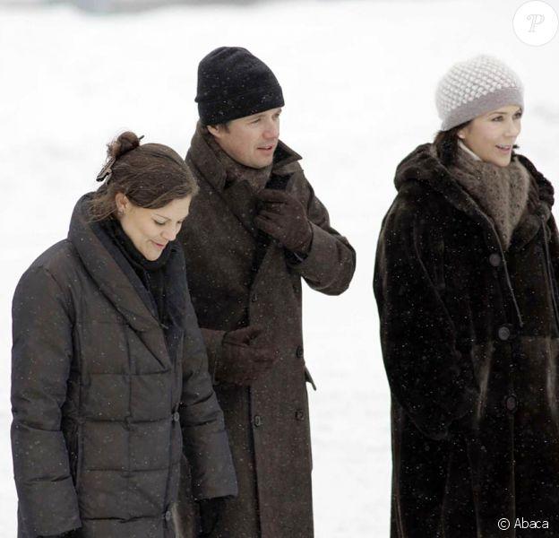 Frederik de Danemark, ici avec Victoria de Suède et sa femme Mary, s'est cassé le péroné lors d'une promenade en luge avec ses enfants