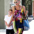 Sharon Stone se promène, très souriante, avec son fils Quinn dans les rues de Los Angeles, le 29 avril 2015