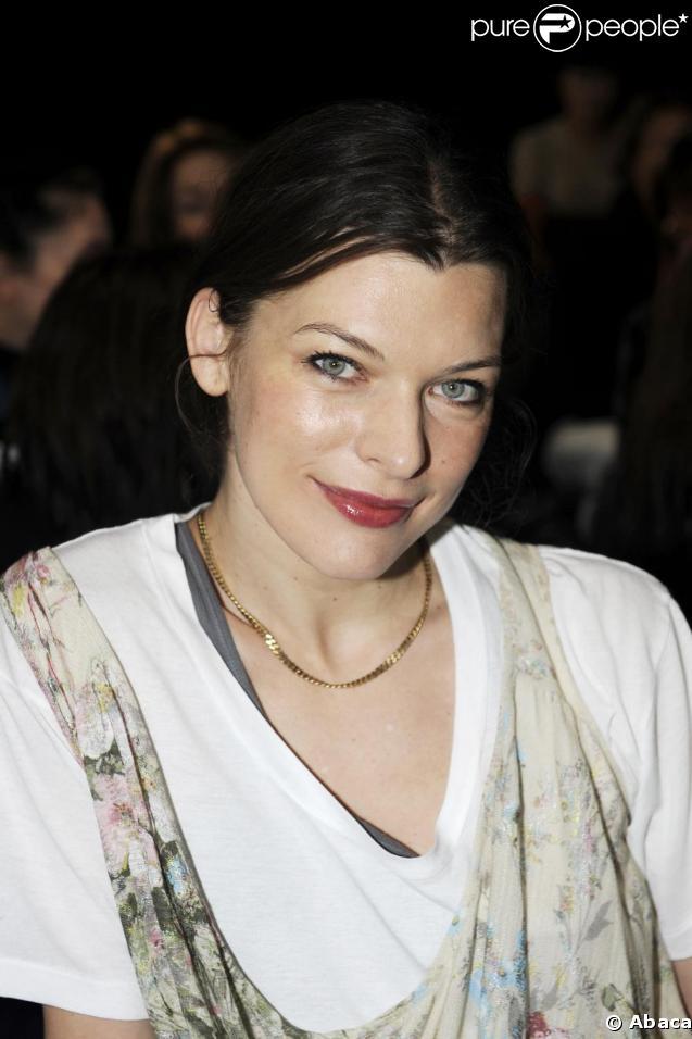 Milla Jovovich au défilé Kenzo lors de la Fashion Week parisienne, le 11 mars 2009 au Carreau du Temple à Paris