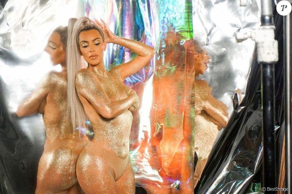 Kim Kardashian lors de la campagne publicitaire de la gamme de cosmétique ultra light beam à Los Angeles, Californie, Etats-Unis, le 29 novembre 2017.