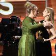 Céline Dion remet un prix à Adele lors de la 59e édition des Grammy Awards à Los Angeles, le 12 février 2017