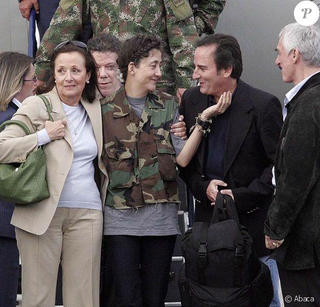 Ingrid Betancourt et son mari Juan Carlos Lecompte lors de son arrivée à Bogota le 2 juillet 2008 après six années de captivité