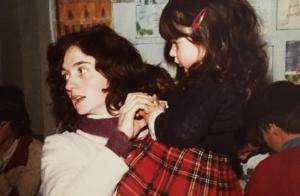 Fabienne Carat se dévoile petite fille et s'adresse tendrement à sa maman