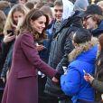 Kate Middleton, enceinte et vêtue d'un manteau Dolce & Gabbana, lors de sa visite de l'école Hartvig Nissens à Oslo, en Norvège, le 2 février 2018, avec le prince William et en compagnie du prince Haakon et de la princesse Mette-Marit de Norvège.