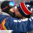 Gus Kenworthy embrasse son amoureux Matthew Wilkas après l'épreuve de ski slopestyle, le 18 février 2018, à Pyeongchang (Corée du Sud).