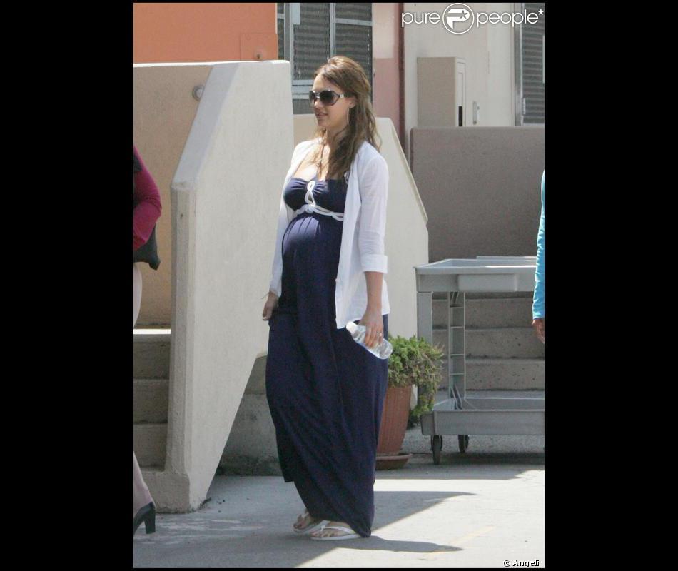 be3c28a426d70 Radieuse en femme enceinte, Jessica porte une robe bustier marine ...