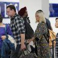 Tori Spelling et son mari Dean McDermott arrivent à l'aéroport de Los Angeles. Le 14 octobre 2017
