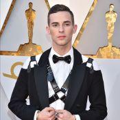Oscars 2018 : Adam Rippon pose avec un accessoire sexuel sur le tapis rouge