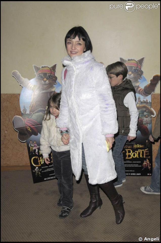 """Elie Medeiros et ses enfants, lors de l'avant-première de """"La véritable histoire du Chat Botté"""", qui s'est tenue au Palace, le 22 mars 2009 !"""