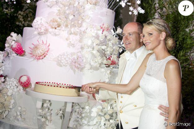 Albert et Charlene de Monaco découpent leur gâteau de mariage, le 2 juillet 2011.