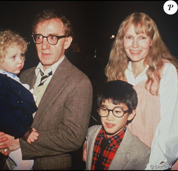 Mia Farrow et Woody Allen avec leurs enfants en 1987