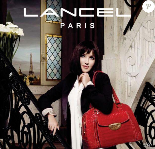 Isabelle Adjani pose avec son it-bag