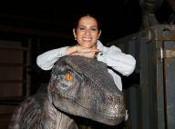 """Elisa Tovati s'acoquine avec un dinosaure et vibre pour l'expo """"Jurassic World"""""""