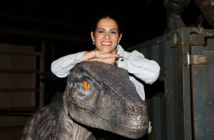 Elisa Tovati s'acoquine avec un dinosaure et vibre pour l'expo
