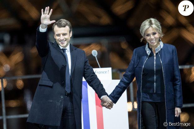 Emmanuel Macron avec sa femme Brigitte Macron - Le président-élu, Emmanuel Macron, prononce son discours devant la pyramide au musée du Louvre à Paris, après sa victoire lors du deuxième tour de l'élection présidentielle le 7 mai 2017. © Cyril Moreau / Bestimage