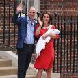 La duchesse Catherine de Cambridge (Kate Middleton), en robe Jenny Packham rappelant la tenue rouge de Lady Diana 34 ans plus tôt dans les mêmes circonstances, avec le prince William et leur troisième enfant à la sortie de l'aile Lindo du St Mary's Hospital le 23 avril 2018.