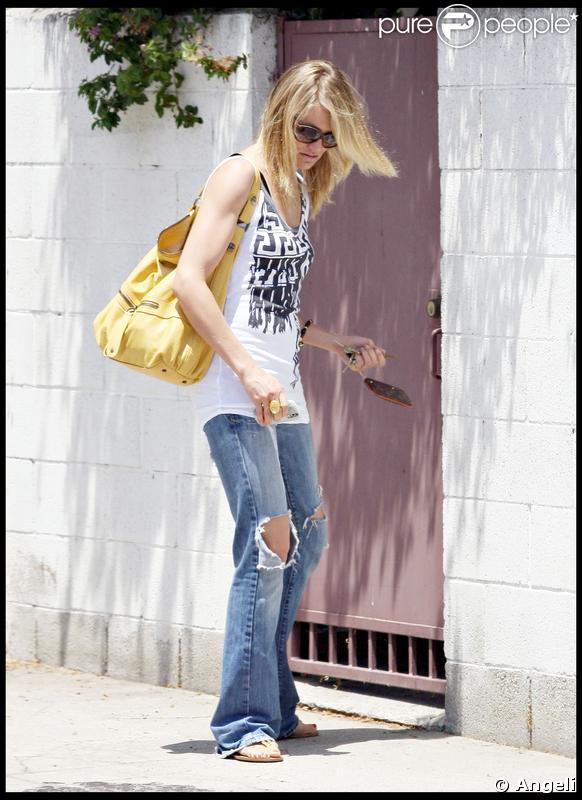 d cid ment cameron adore le jaune jean trou tendance et bien videmment un darel au bras. Black Bedroom Furniture Sets. Home Design Ideas
