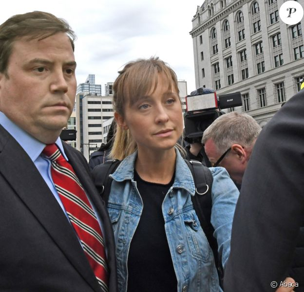 Allison Mack sort du tribunal à New York, le 24 avril 2018, avec son avocat.