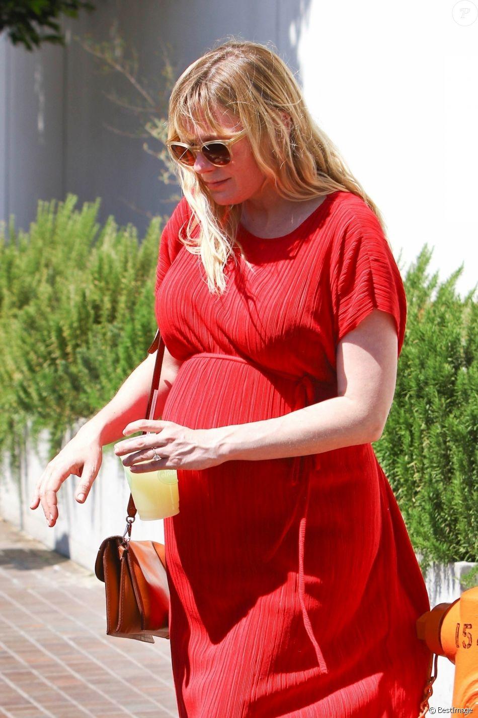 Kirsten Dunst (enceinte) a déjeuné avec des amis à Toluca Lake. Le 24 avril 2018