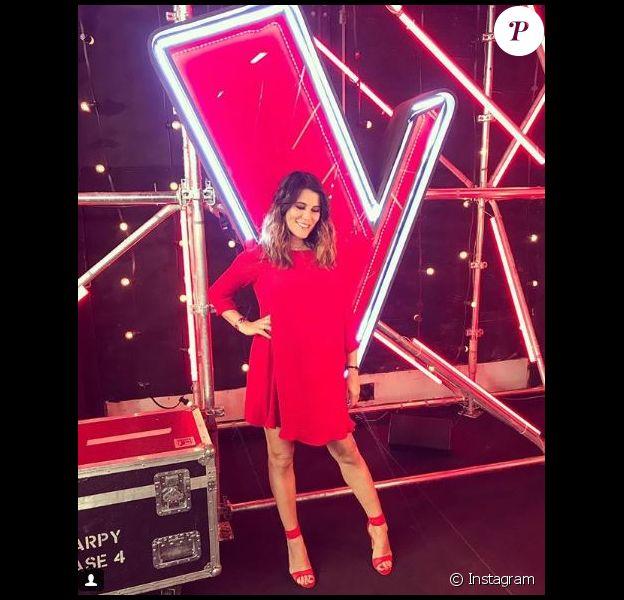 """Karine Ferri, enceinte, en robe rouge Claudie Pierlot lors de l'émission """"The Voice"""" du 28 avril 2018. Photo publiée sur Instagram."""