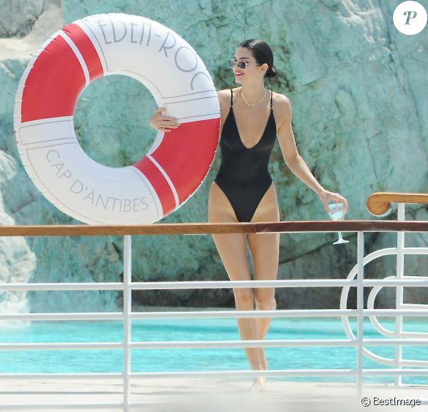 Kendall Jenner s'éclate avec une amie à l'hôtel du Cap-Eden-Roc, lors du 71ème Festival International du Film de Cannes. Antibes, le 11 mai 2018.