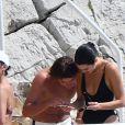 Kendall Jenner profite d'une après-midi piscine avec ses amis à Antibes, ce 11 mai 2018. Le top a été aperçu en compagnie du mannequin Jordan Barrett.