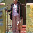 Doria Ragland porte une housse de vêtements Burberry à la sortie de son domicile, en route pour l'aéroport de LAX à Los Angeles et direction Londres pour le mariage de sa fille Meghan Markle avec le prince Harry. La femme de 61 ans est prise en charge par un véhicule privé. Le 15 mai 2018