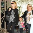 Heidi Klum, sa fille Leni et sa mère à l'aéroport de Los Angeles le 4 avril 2009