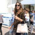 Izabel Goulart à Cannes, porte un bomber et un sac (modèle Peekaboo) FENDI et des baskets Louis Vuitton. Le 11 mai 2018.