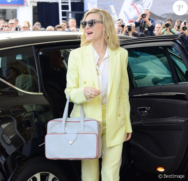 """Cate Blanchett, habillée d'une veste et d'un pantalon CALVIN KLEIN, d'une chemise L'Agence et de chaussures Stuart Weitzman, arrive à l'hôtel """"Grand Hyatt Martinez"""" lors du 71ème Festival International du Film de Cannes, le 7 mai 2018."""