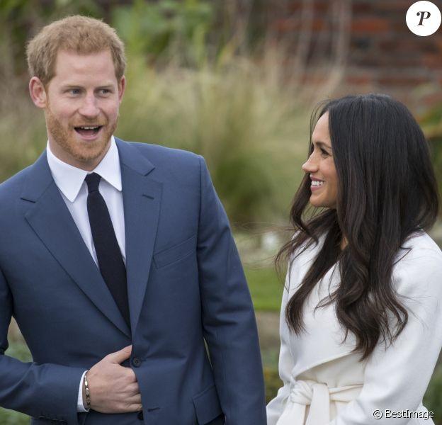 Le Prince Harry et Meghan Markle posent à Kensington palace après l'annonce de leur mariage à Londres le 27 novembre 2017.