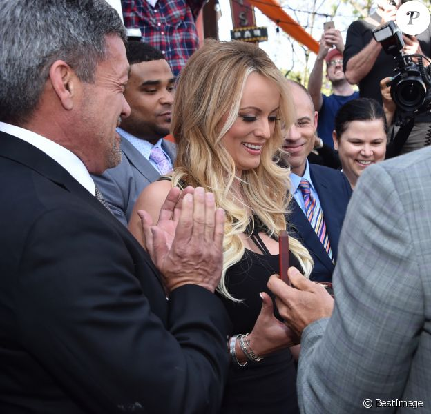 """Stormy Daniels, accompagnée de son avocat Michael Avenatti, a été honorée à West Hollywood pour sa capacité à faire face aux pressions de la Maison-Blanche. West Hollywood a annoncé en grande pompe l'instauration d'un """"Stormy Daniels Day"""" afin d'honorer l'actrice X pour sa """"résistance"""" face à Donald Trump et son administration. Stormy Daniels a par ailleurs reçu symboliquement les clés de la ville en présence du maire de West Hollywood. Le 23 mai 2018 © Chris Delmas/Bestimage"""