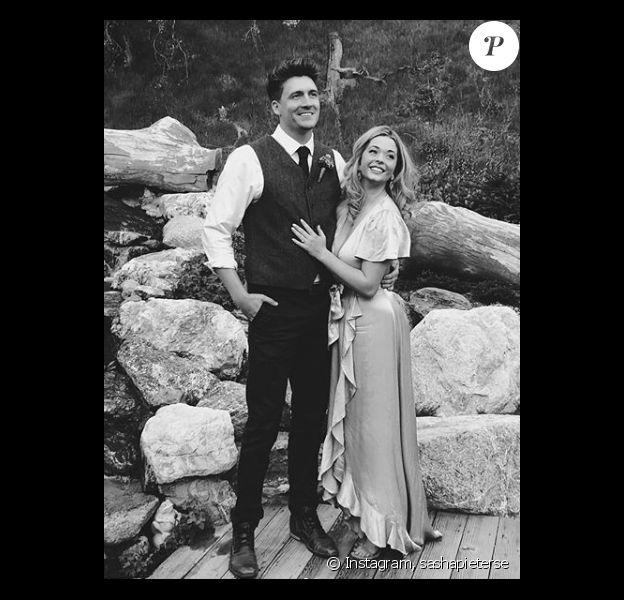 """L'actrice de la série """"Pretty Little Liars"""", Sasha Pieterse, s'est unie à son petit ami de longue date ce 27 mai 2018."""
