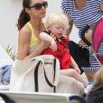 Lily Becker avec son fils Amadeus à Miami le 5 avril 2012.