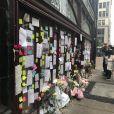 """Hommage au chef cuisinier Anthony Bourdain devant son restaurant """"Les Halles"""" à New York le 10 juin 2018."""