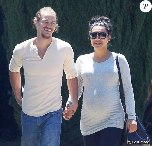 Naya Rivera enceinte se promène, main dans la main, avec son mari Ryan Dorsey dans les rues de Los Angeles, le 10 juillet 2015.