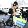 Heather Locklear prend l'avion avec son chien à Los Angeles le 19 avril 2017.