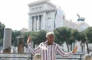 Angélique Kidjo : en pleine promo, la chanteuse prend la pose et... danse dans les rues de Rome !