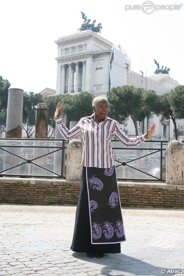 Angélique Kidjo esquisse des pas de danse en pleine séance photos pour promouvoir son spectacle, à Rome, le 15 avril 2009