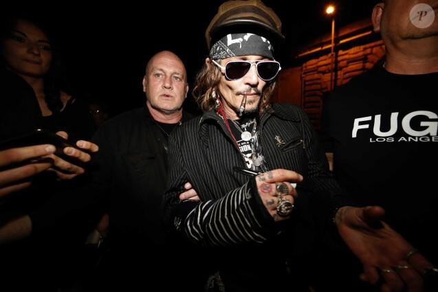 Johnny Depp avec tatouage modifié (SCUM est devenu SCAM) devant l'Hotel Eden, Rome, le 9 juillet 2018.