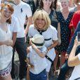 Bain de foule de la première dame Brigitte Macron - Défilé militaire du 14 Juillet sur les Champs-Elysées à Paris © Pierre Perusseau / Bestimage