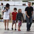 Bono, sa femme Ali Hewson et leurs enfants, prennent du bon temps le 5 avril à Saint-Barthelemy