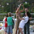 Bono, sa femme Ali Hewson et leurs quatre enfants, prennent du bon temps avec Helena Christensen, le 5 avril à Saint-Barthelemy
