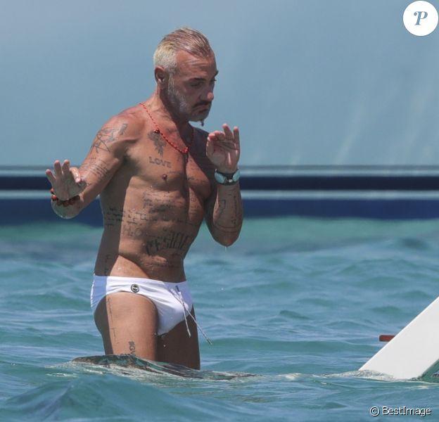 Gianluca Vacchi en vacances avec une amie à Ibiza. Le 23 juillet 2018