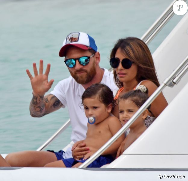 Exclusif - Lionel Messi passe ses vacances avec sa femme Antonella Roccuzzo, ses enfants et des amis sur un yacht à Ibiza en Espagne le 20 juillet 2018.